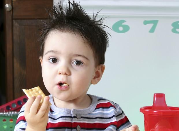 menino; comida; bolacha (Foto: Thinkstock)