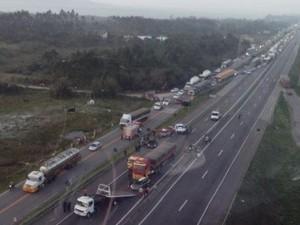 Acidente envolveu cinco veículo na BR-101, em Laguna (Foto: Arcanjo/Divulgação)