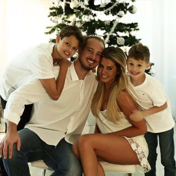 Marcela Queiroz com o noivo, o enteado e o filho (Foto: Arquivo Pessoal)