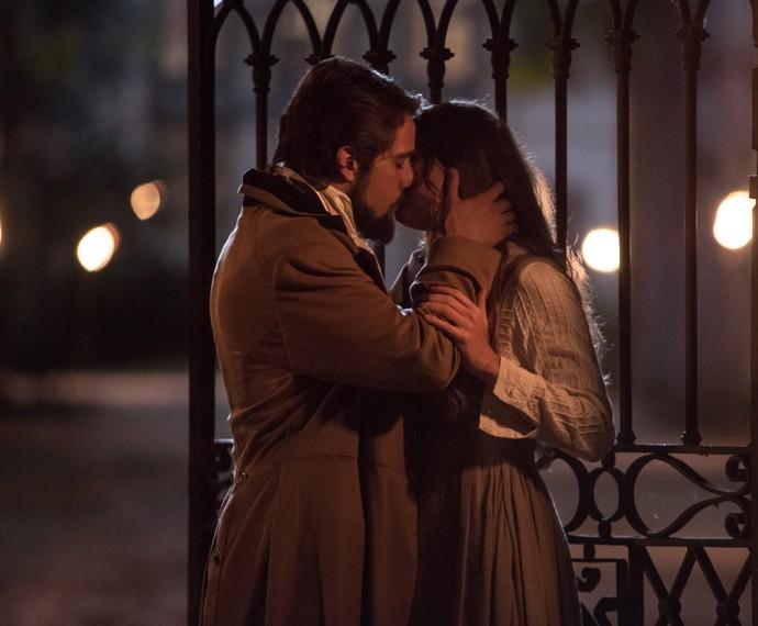 Lívia e Felipe se beijam  (Foto: Fábio Rocha/Gshow)