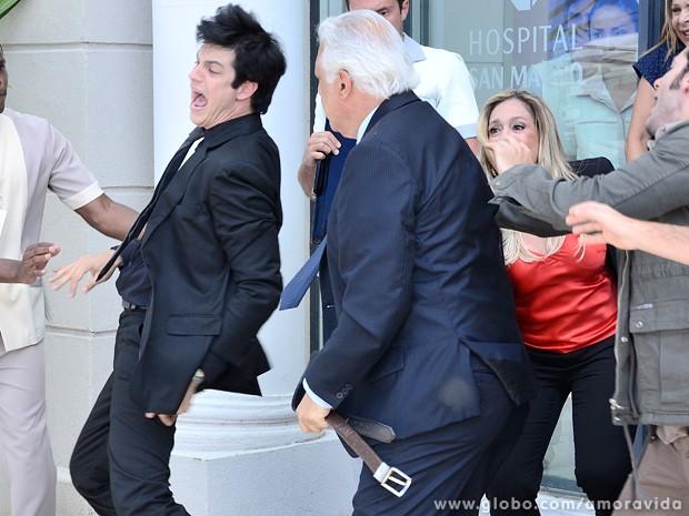 O vilão leva umas boas saraivadas! (Foto: Ellen Soares / TV Globo)