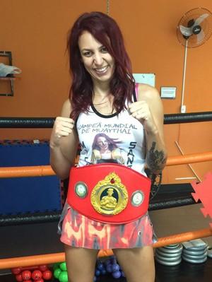 Michele faz questão de exibir o cinturão do campeonato mundial (Foto: Júlia Garcia)