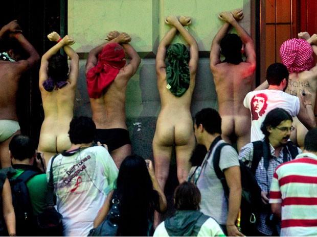 Grupo tira a roupa durante manifestação no Centro do Rio durante a Rio+20 (Foto: Pedro Kirilos/Agência O Globo)