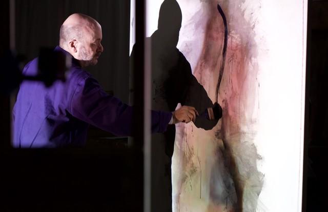 Silvio Dworecki criando as peças da mostra No Body (Foto: Ricardo de Vicq)
