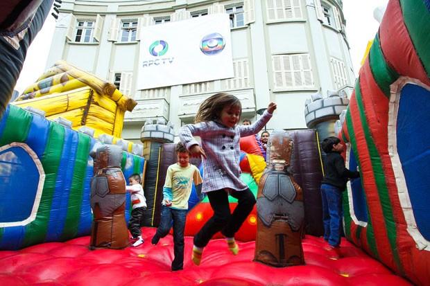 O Dia das Crianças continua, neste sábado (13), com muita diversão no Largo da Ordem, em Curitiba (Foto: Euricles Macedo/RPC TV)