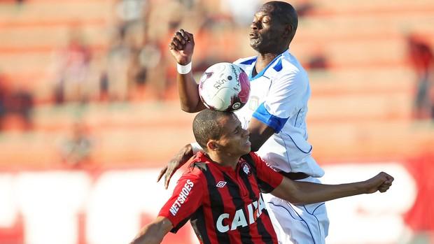Cleberson e Somalia, Atlético-pr e São Caetano (Foto: Heuler andrey / Agência Estado)