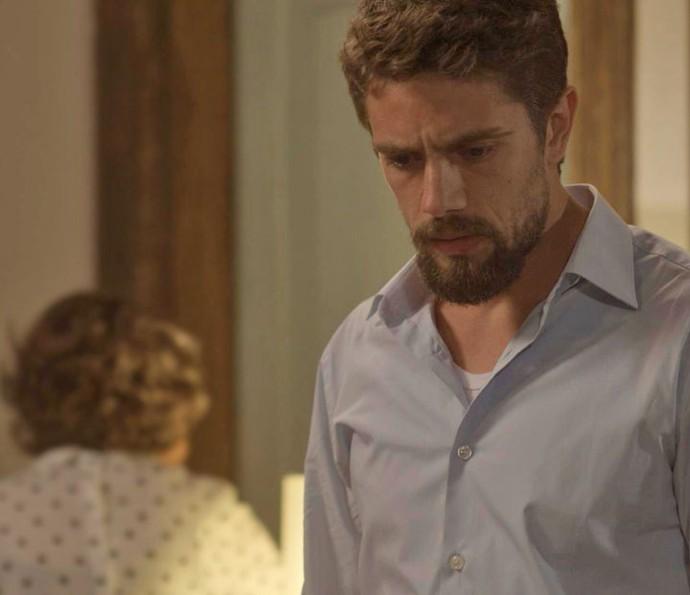 César não reage de forma agressiva ao tapa que leva da avó (Foto: TV Globo)