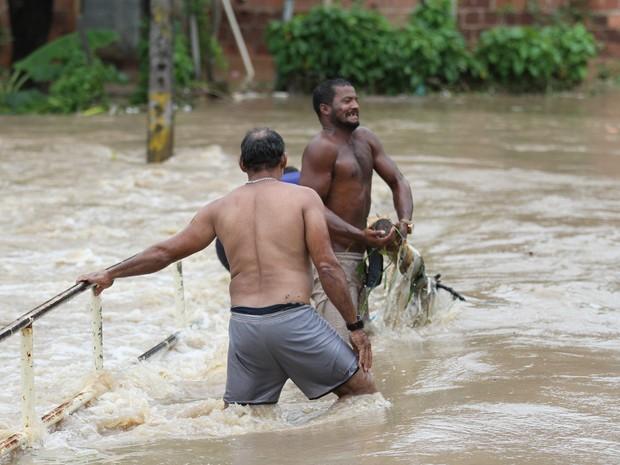 Alagamento em Camaragibe (Foto: Aldo Carneiro/G1)