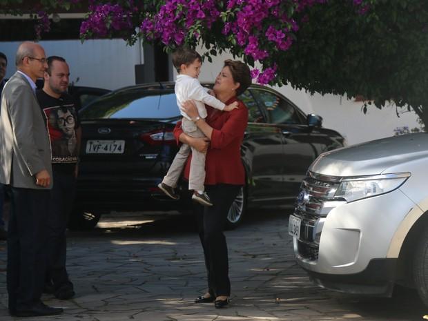 Dilma Rousseff (PT) abraça neto (Foto: Caetanno Freitas/G1)