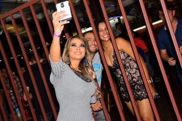 Geisy Arruda tira foto com fãs (Foto: Caio Duran/ Divulgação)