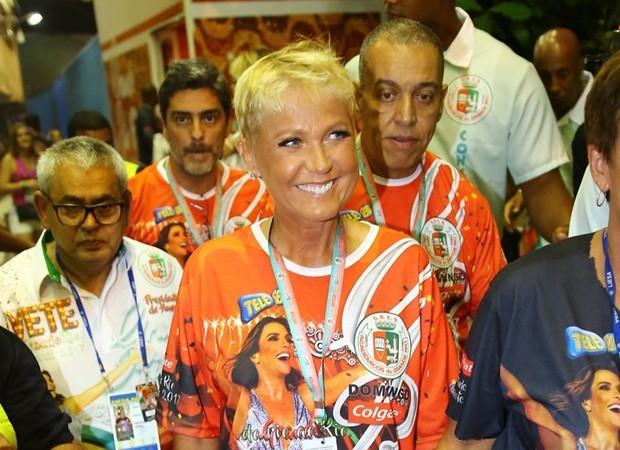 Xuxa chega ao Sambódromo na primeira noite de desfiles no Rio (Foto: AgNews)