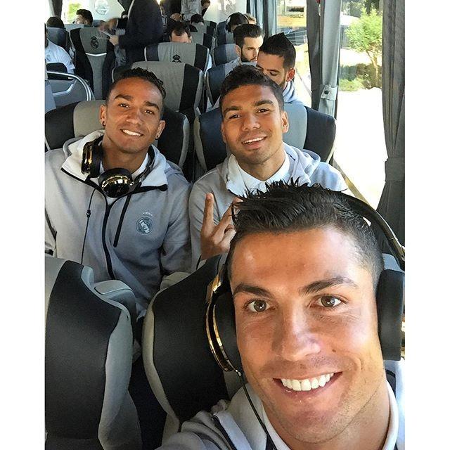 """BLOG: Cristiano Ronaldo posa com brasileiros: """"Foto no ônibus"""""""