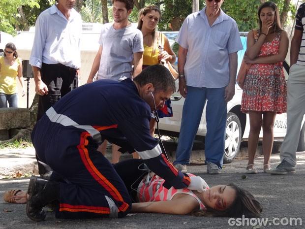 Gorete é atendida após ser atropelada (Foto: Em Família/TV Globo)