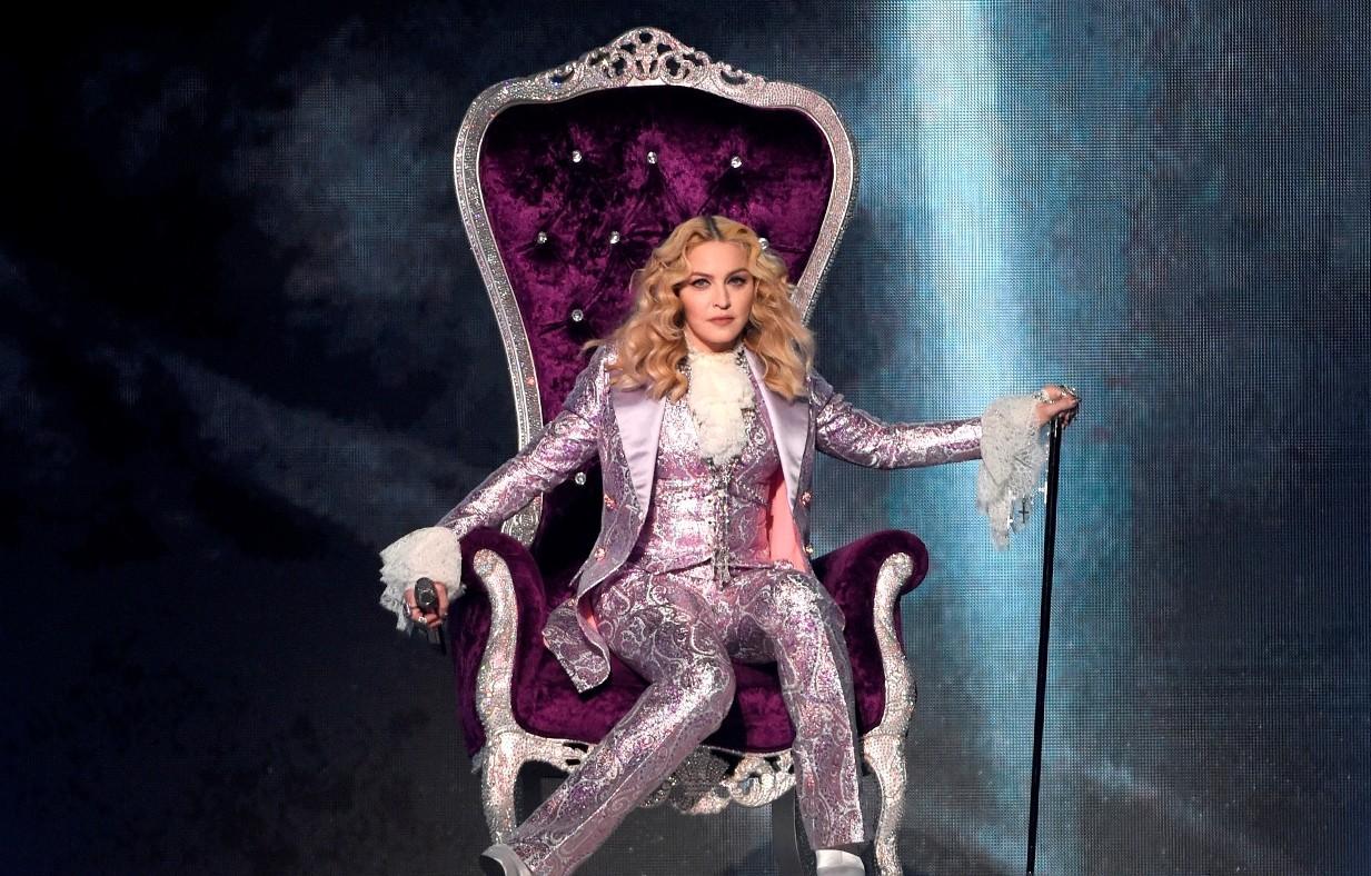 Madonna entrou no palco com crucifixos como os de Prince e em trono roxo (Foto: Chris Pizzello/Invision/AP)