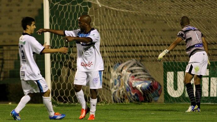 Rossini e Lucas Salinas comemoram segundo gol, São Bento x Inter de Limeira (Foto: Jesus Vicente/ EC São Bento)