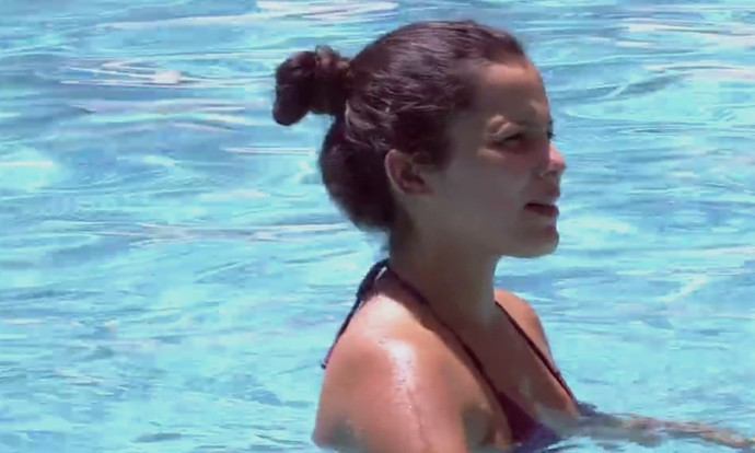 Emilly na piscina (Foto: Gshow)