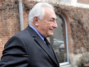 v Ex-diretor do FMI, Dominique Strauss-Kahn deixa seu hotel nesta segunda-feira (16) em Lille, norte da França (Foto: França François Lo Presti/AFP)