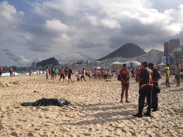 Bombeiros retiraram cadáver da água, na altura da Rua Princesa Isabel (Foto: Daniel Silveira/ G1)