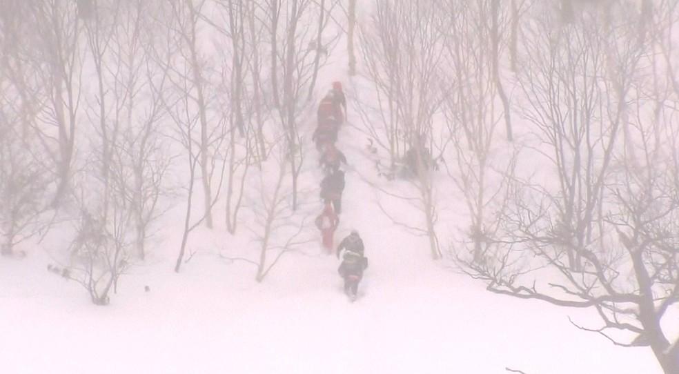 Equipes de resgate trabalham para encontrar estudantes desaparecidos no Japão (Foto: Reprodução/Reuters TV)