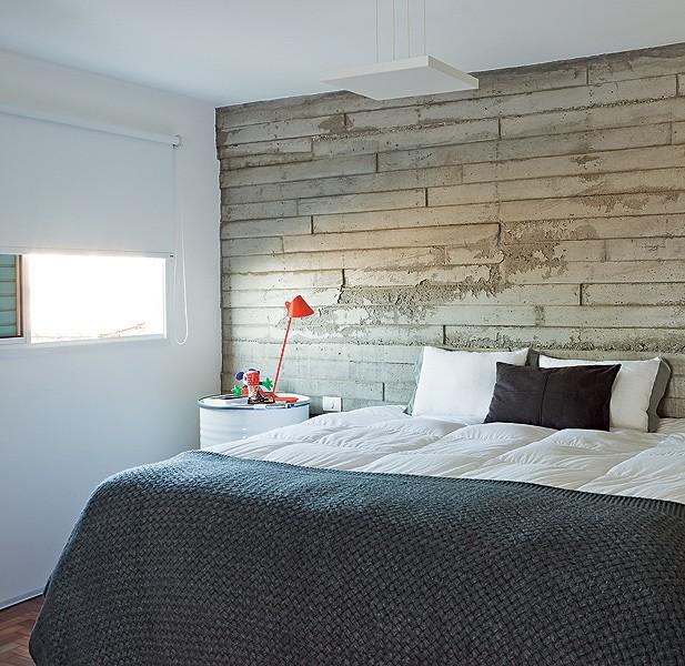 O quarto do arquiteto Vinícius Mazzoni tem parede diferente, de concreto, e tambores no lugar dos criados-mudos (Foto: Felipe Gombossy/Casa e Jardim)