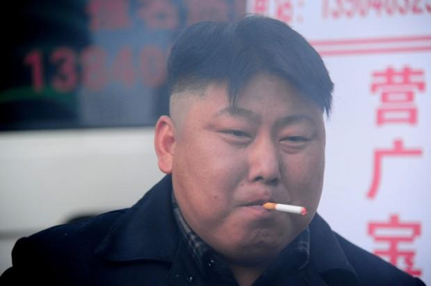 'Clone' de Kim Jong-Un é flagrado fumando durante o trabalho (Foto: STR/AFP)
