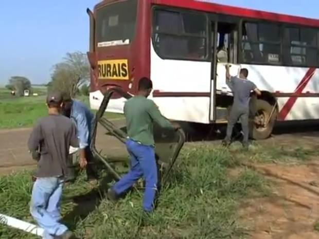 Funcionários retiram peças dos veículos após acidente (Foto: Reprodução/TV TEM)