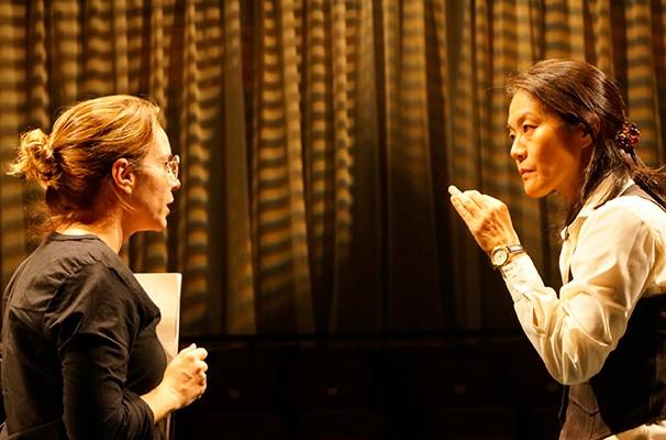 Luciana Fávero e Miwa Yanagizawa em cena do espetáculo (Foto: Monica Vilela)