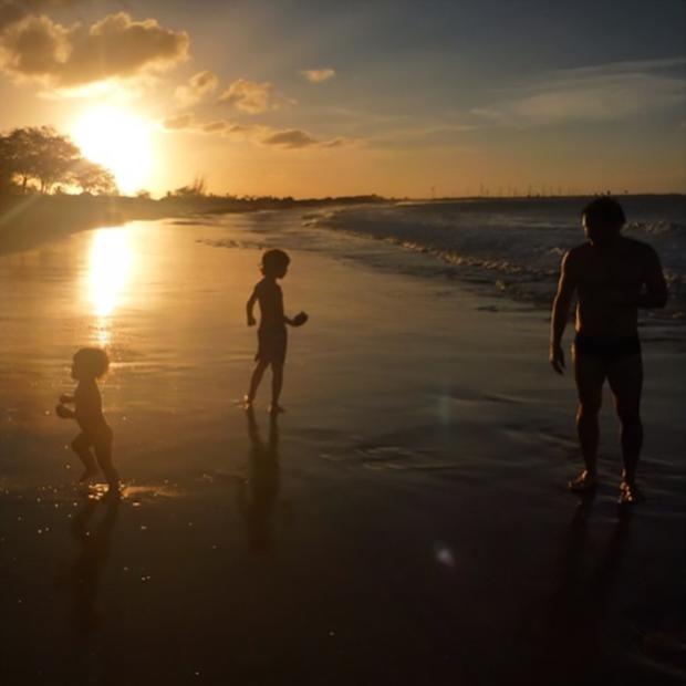 Murilo Rosa se diverte com os filhos em clique de Fernanda Tavares (Foto: reprodução/instagram)
