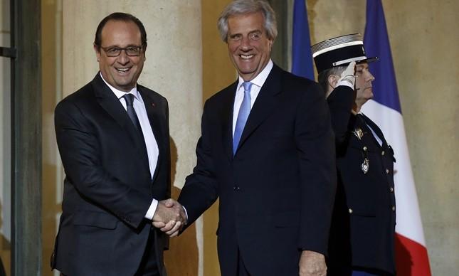 Tabaré Vázquez, à esquerda, já em Paris com o presidente francês François Hollande