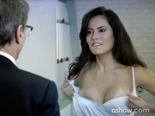 Claudia coloca em prático o plano de Branca (Foto: Em Família/TV Globo)