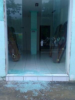 Após assalto a banco, funerária tem caixão levado na cidade de Saúde (Foto: Carlino Souza / Minuto Notícias / Divulgação)