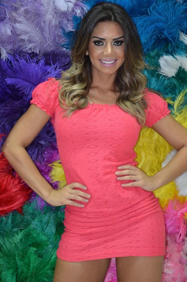 EGO - De vestido curto, Graciella Carvalho escolhe