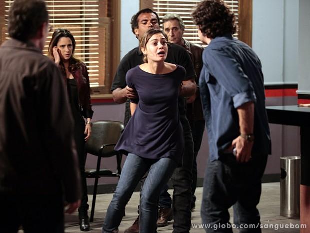 Amora sai arrastada pela polícia e pede socorro a Bento (Foto: Pedro Curi / TV Globo)