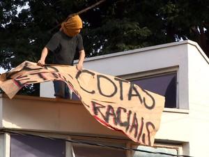 Aluno que ocupa prédio da reitoria da Unicamp coloca cartaz (Foto: Reprodução EPTV)