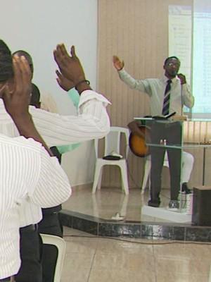 Pastor haitiano celebra culto na língua de origem para imigrantes em Andradas (MG). (Foto: Reprodução EPTV / Marcelo Rodrigues)