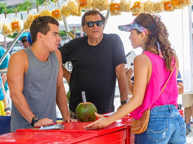 Thiago Martins e Camila Pitanga ensaiam a cena sob olhar atento do diretor, Dennis Carvalho (Foto: Artur Meninea/Gshow)