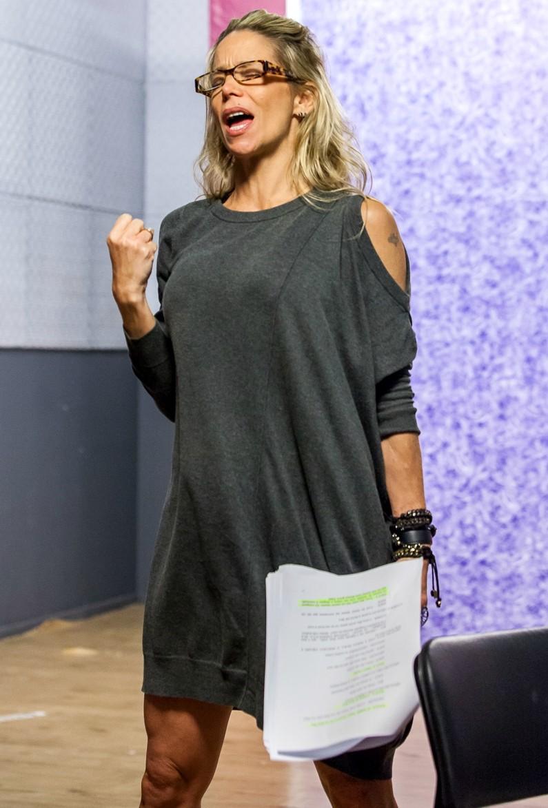 Danielle Winits em ensaio do Tomara que Caia (Foto: Artur Meninea/Gshow)