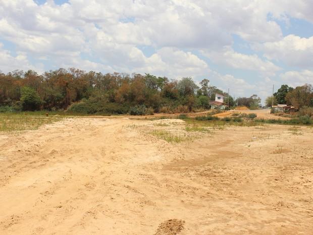 Agua recuou cerca de 400 metros no leito do rio. (Foto: Valdivan Veloso/G1)