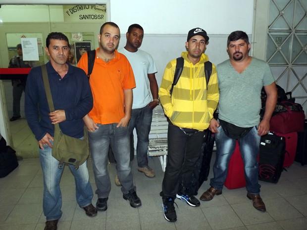 Parte do grupo de 28 trabalhadores vítimas de estelionado em Santos, SP (Foto: Ivair Vieira Jr/G1)