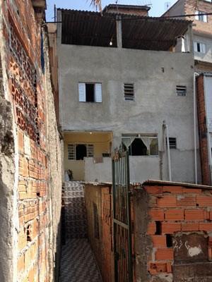 Ao fundo, sobrado onde ocorreu o crime em Osasco (Foto: Kléber Tomaz/G1)