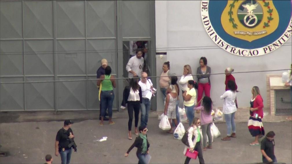 Empresário Eike Batista deixou o presídio de Bangu por volta das 9h25 deste domingo após dois meses preso (Foto: Reprodução/GloboNews)