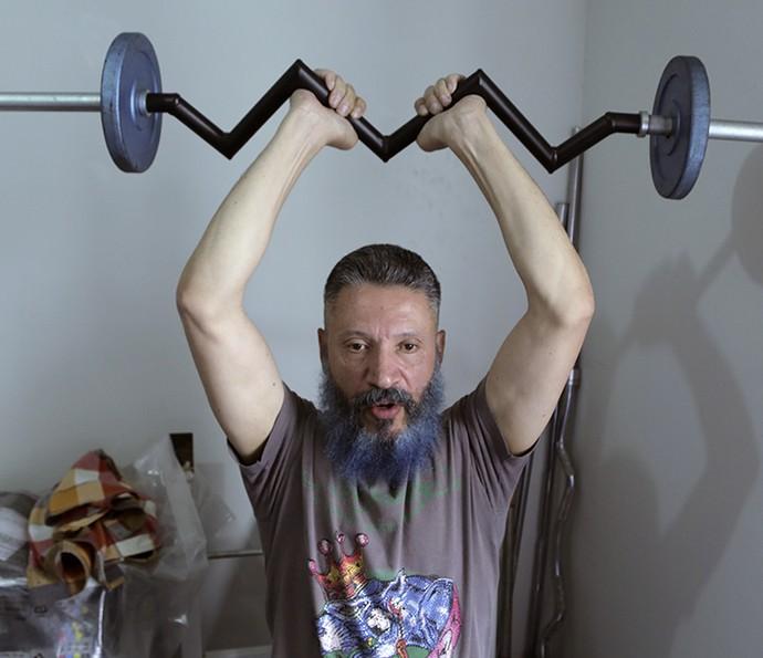 Laércio do BBB16 se exercitando em casa (Foto: João Mello/Gshow)