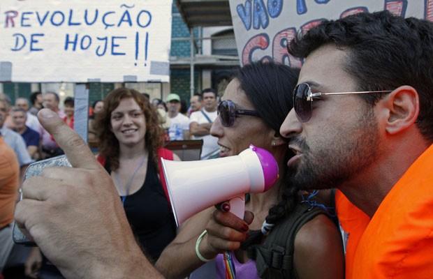Os participantes organizaram o protesto pela internet e usaram cartazes contra o FMI (Foto: Jose Manuel Ribeiro/Reuters)