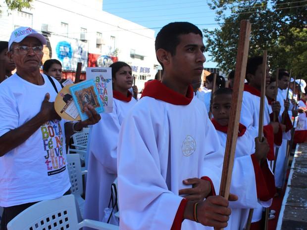 Fiéis participaram de missa campal antes da largada para a caminhada (Foto: Patrícia Andrade)