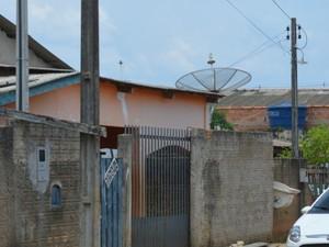 Vítimas estavam dentro de residência quando suspeitos chegaram (Foto: Jonatas Boni/ G1)