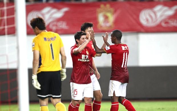 Darío Conca e Muriqui Guangzhou Evergrande (Foto: Reprodução / Sina.com)