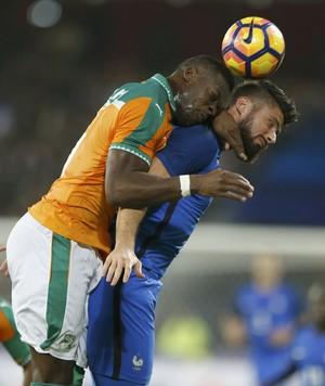 Kone e Giroud disputam a bola na cabeça no amistoso entre França e Costa do Marfim (Foto: REUTERS/Pascal Rossignol)