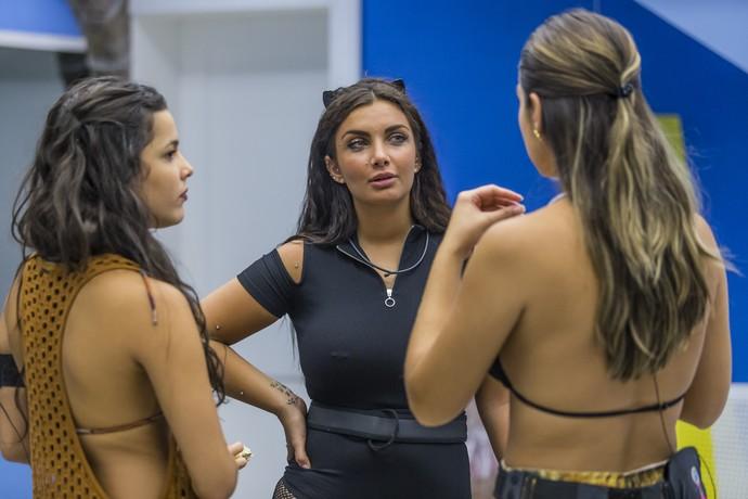 Emilly, Elettra e Vivian conversam no Quarto Azul (Foto: Artur Meninea)