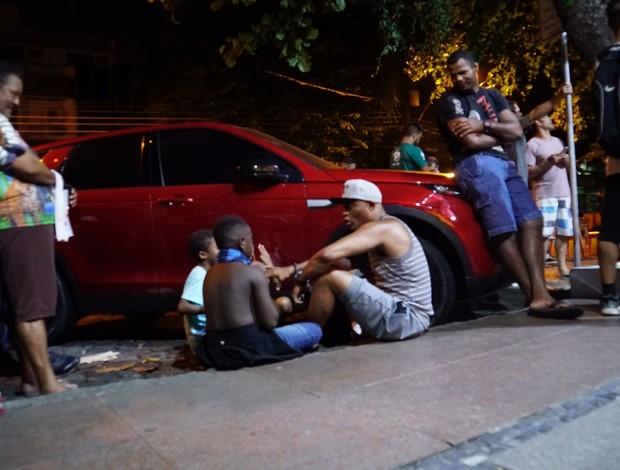 Anderson Silva conversa com crianças de rua no Rio