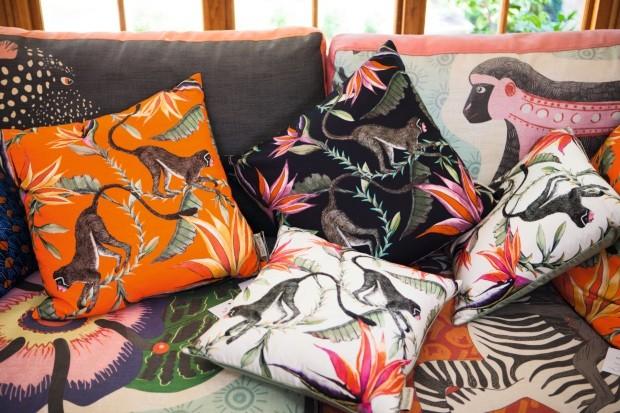 Almofadas inspiradas nas cerâmicas criadas pelos artistas que são a alma da Ardmore (Foto: Lufe Gomes / Editora Globo)